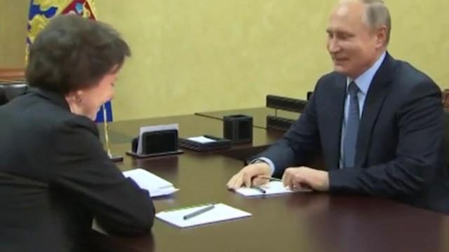 بوتين يمازح مسؤولة روسية جلست على الكرسي المخصص له