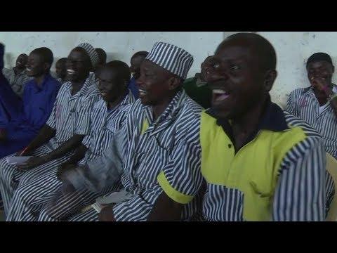 لماذا يضحك السجناء في كينيا؟