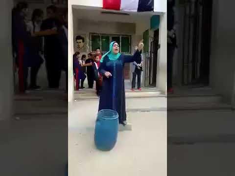مديرة مدرسة تحظر شراء «الشيبس» والمقرمشات وتعدمها بالطابور