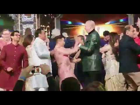 """"""" كلينتون """" ترقص في حفل زفاف ابنة أغنى رجل في الهند!"""