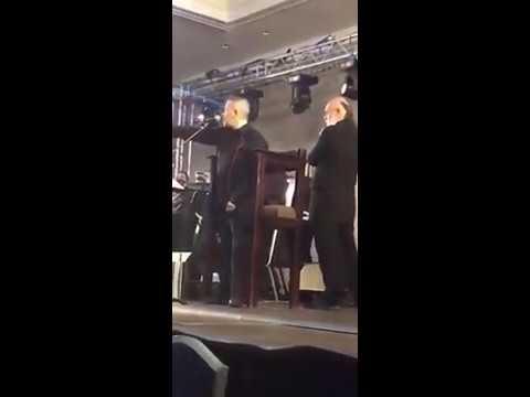 """المطرب السوري """"جورج وسوف"""" يوقف الغناء فجأة ويطرد أحد الجمهور من حفلته في الأردن!"""