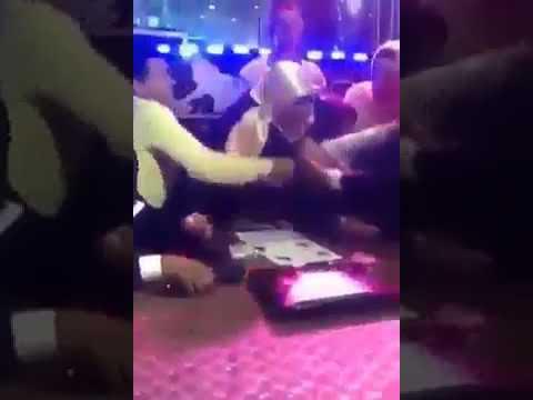 """منديل الفرح في حفل زفاف يضع """"مأذون مصري"""" في ورطة!"""