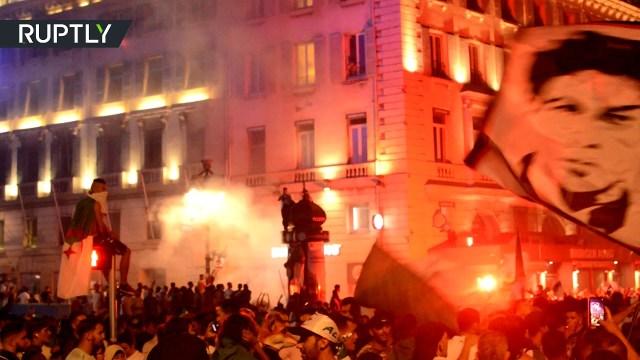 احتفالات الجزائريين تعمّ شوارع باريس