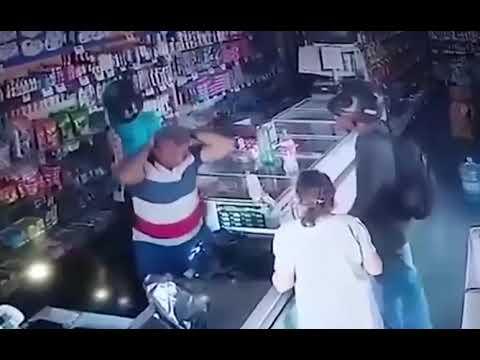 """فيديو سطو مسلح .. اللص قبّل رأس عجوز وطمأنها: """"لا أريد مالك يا سيدتي"""""""