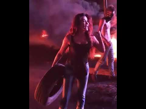 """الفنانة اللبنانية """"نادين الراسي"""" تشارك في حرق الإطارات بتظاهرات بيروت.. وتعلق """"أنا جعت.. وعلي ديون"""""""