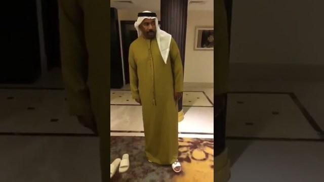 ستيف هارفي بالزي الإماراتي
