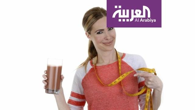 طبيب يفاجىء مقدمي برنامج صباح العربية بتقطيع ملابسه على الهواء !