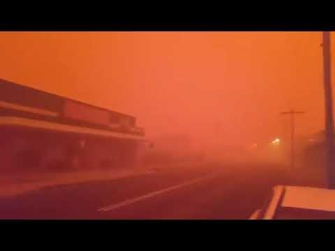 قرية بالكامل تتحول إلى اللون الأحمر في أستراليا.. وجمر حار يسقط من السماء.. ما السر؟
