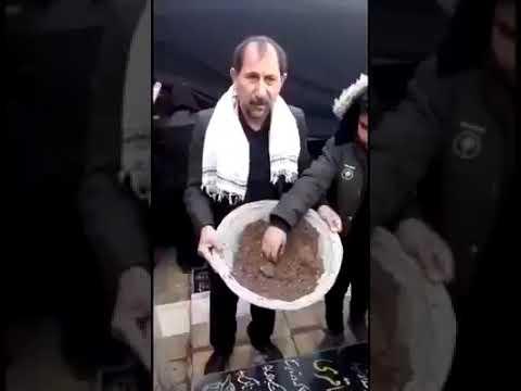 """عراقيون شيعة يتبركون بتراب قبر """"قاسم سليماني"""" في بغداد للشفاء من الأمراض!"""