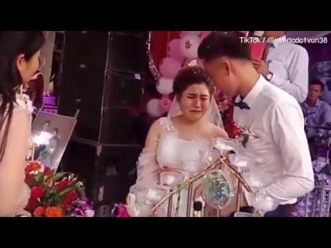 عريس يصيب عروسه في عينيها ليلة زفافهما ثم يضحك ساخراً بينما هي تبكي