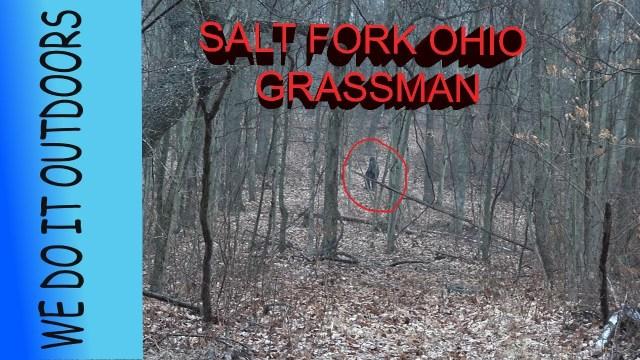 """شخصان يصوران كائن غريب بأحد المتنزهات بولاية """"أوهايو"""" الأمريكية"""