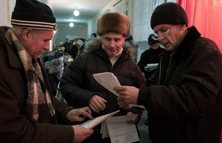 Luhansk citizens at the polling station