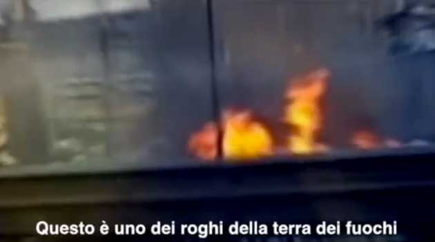 I roghi di Napoli. I Rom: «Perché diamo fuoco ai rifiuti»