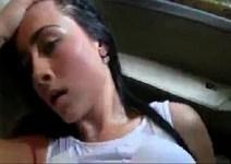 Comendo a bucetinha da namorada dentro do carro na quebrada