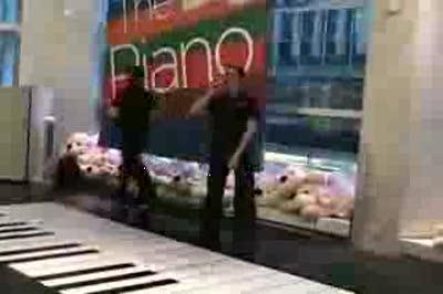 girls-playing-big-piano-chopsticks-the-sting-fao-schwarz