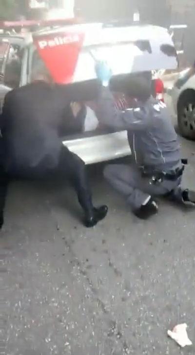 """Vídeo censurado: Diretor do DECAP desengoma agente policial """"in extremis"""" em porta-malas da PM…( E ainda faz selfie )"""