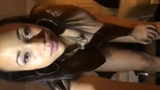 Latina pelada mostrando sua xoxota linda