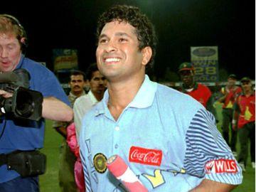 Sachin Tendulkar reveals how he tackled 'birthday' pressure in famous Sharjah final, VidLyf.com