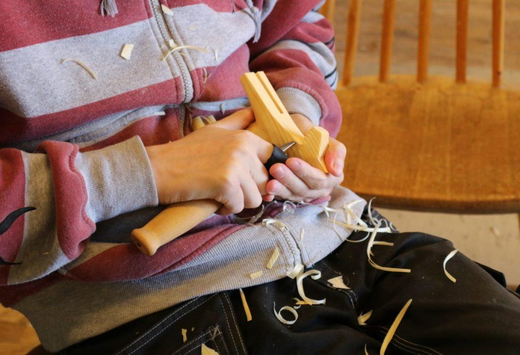 Morakniven er et viktig redskap når Dalehesten tar nok et steg frem mot ferdig produkt!