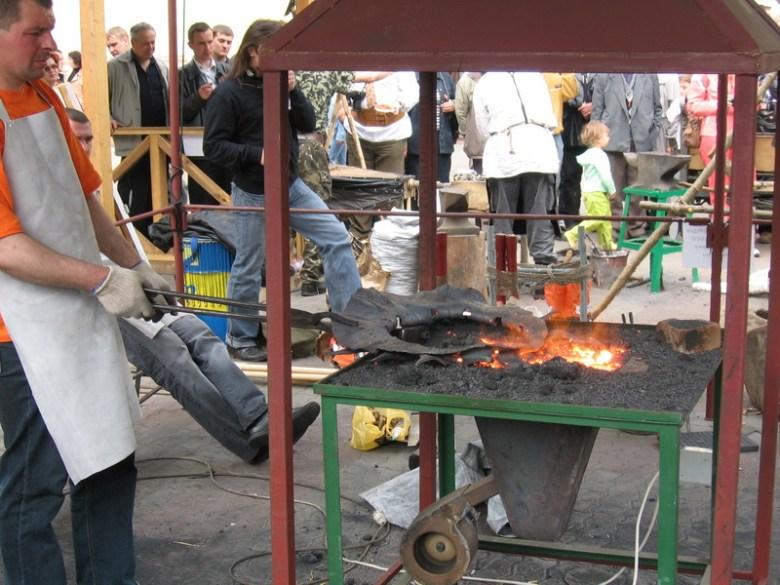 Кузнецы предлагают гостям поработать с металлом