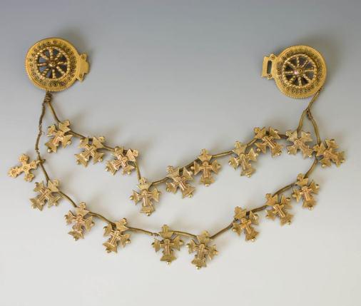 Жіноча «зґарда» з металевих монет та хрестиків