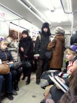En la calle, esta ropa da calor. En el metro, es un verdadero horno