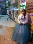 Las modelos de los trajes de quinceañera, muestran sus vestidos fuera de los locales