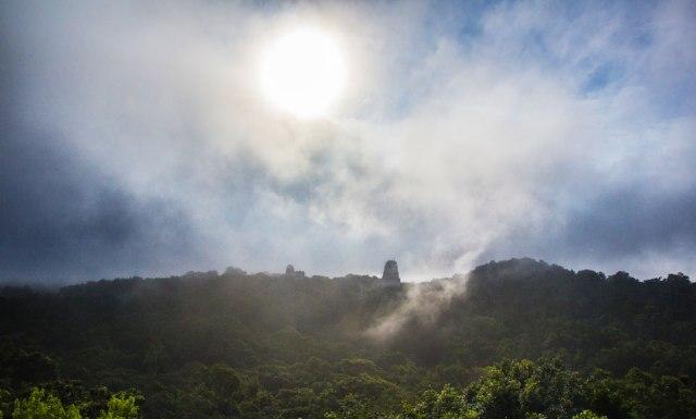 Sonnenaufgang Tempel 4 in Tikal Guatemala