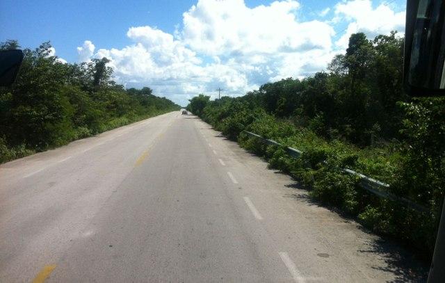 Mit dem Bus von Merida nach Tulum: Hier die Straße nach Valladolid