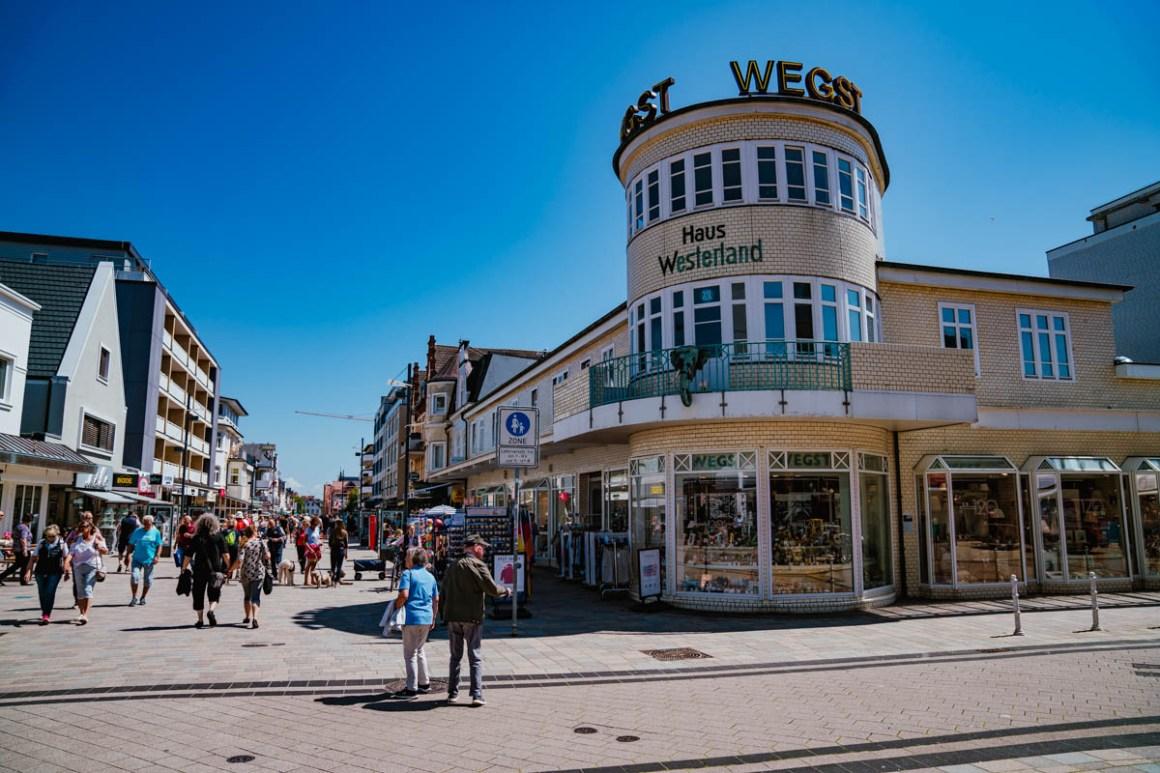 "winkelstraat westerland ""width ="" 1200 ""height ="" 800 ""srcset ="" https://i2.wp.com/viel-unterwegs.de/wp-content/uploads/2019/06/einkaufsstrassen-westerland.jpg?w=1160&ssl=1 1200w, https: // many- unterwegs.de/wp-content/uploads/2019/06/einkaufsstrassen-westerland-500x333.jpg 500w, https://viel-unterwegs.de/wp-content/uploads/2019/06/einkaufsstrassen-westerland-768x512.jpg 768w, https://viel-unterwegs.de/wp-content/uploads/2019/06/einkaufsstrassen-westerland-1024x683.jpg 1024w ""sizes ="" (max-breedte: 1200px) 100vw, 1200px ""/></noscript data-recalc-dims="