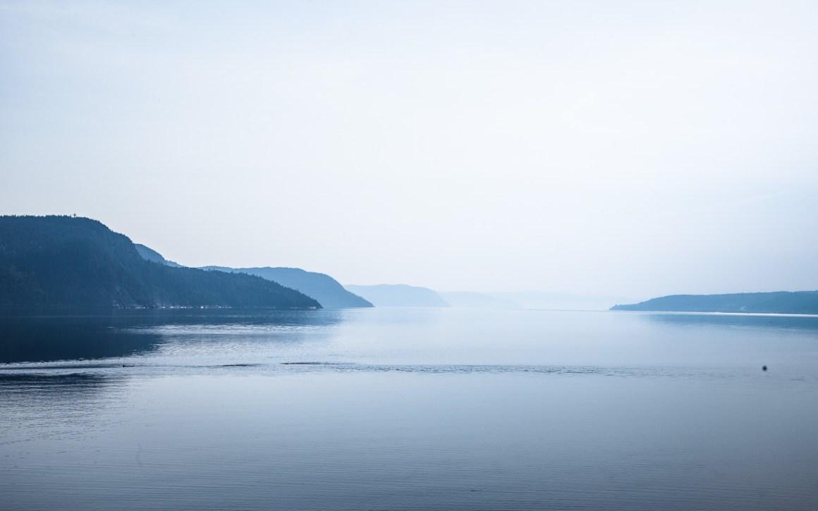 """quebec-roadtrip-abend-nebel-fjord"""" width=""""1200"""" height=""""750"""" srcset=""""https://i2.wp.com/viel-unterwegs.de/wp-content/uploads/2019/08/quebec-roadtrip-abend-nebel-fjord.jpg?w=1160&ssl=1 1200w, https://viel-unterwegs.de/wp-content/uploads/2019/08/quebec-roadtrip-abend-nebel-fjord-500x313.jpg 500w, https://viel-unterwegs.de/wp-content/uploads/2019/08/quebec-roadtrip-abend-nebel-fjord-768x480.jpg 768w, https://viel-unterwegs.de/wp-content/uploads/2019/08/quebec-roadtrip-abend-nebel-fjord-1024x640.jpg 1024w"""" sizes=""""(max-width: 1200px) 100vw, 1200px""""/></noscript data-recalc-dims="""
