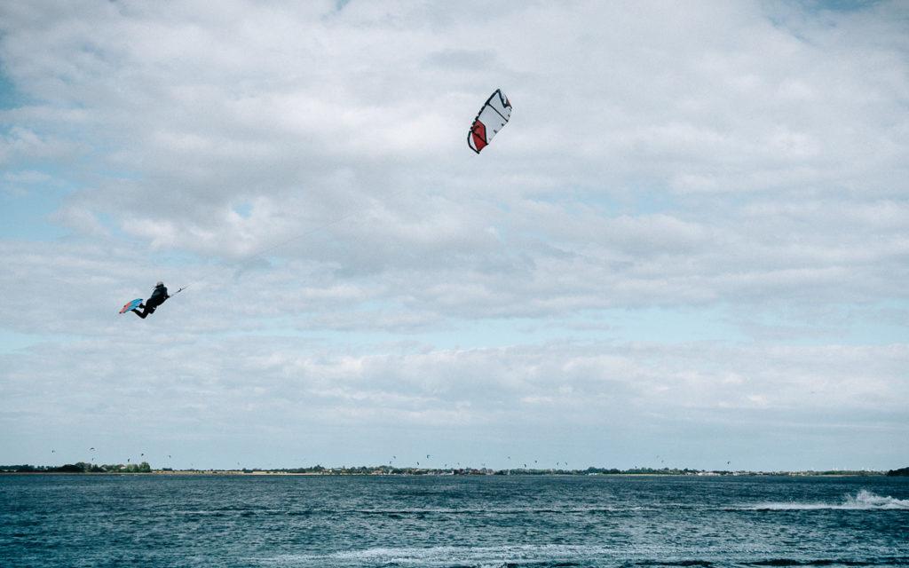 Kitesurfers op het eiland Fehmarn