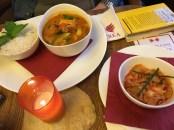 Maitrea: rotes Curry und Kimchi-Salat