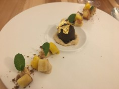 """Schmidhofers """"Golden Eye"""" Gänselebermousse in Zartbitterschokolade mit Briochecreme, Thai Mango & Chili"""