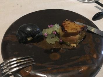 """Bamboo"": Foie gras, Miso aus Chu Yeh Ching Chiew Bambusschnaps, grüner Apfel, Holzkohlen-Bambus-Mantau (Knödel)"