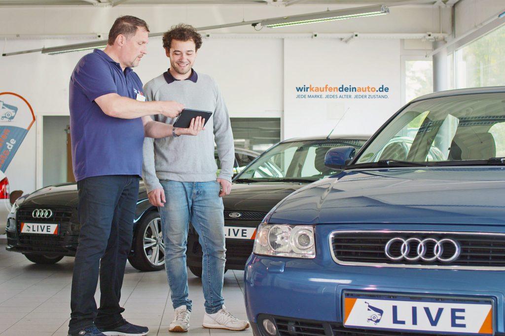 Wer sein gebrauchtes Auto schnell und unkompliziert verkaufen möchte, kann dazu spezialisierte Dienstleister nutzen. Diese bewerten jeden Gebrauchten dann vor Ort - Gebrauchtwagen verkaufen