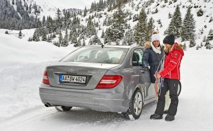 Auf langen und steilen Steigungen mit Neuschnee oder festgefahrener Schneedecke kann man ohne Schneeketten schnell Probleme bekommen.