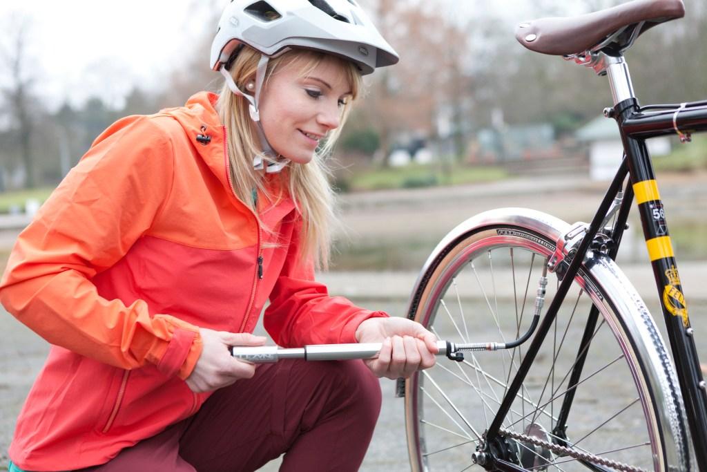 Fahrradreifen werden etwa monatlich aufgepumpt - Fahrradpflege