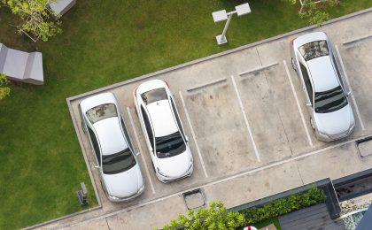 Autofahrer sollten sicher gehen, dass sie ordnungsgemäß parken. Das gilt nicht nur für den öffentlichen Verkehrsraum, sondern auch für private Flächen.