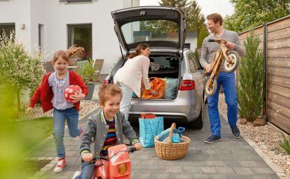 Das Auto ist für Berufspendler ebenso unverzichtbar wie für Familien. Es gibt allerdings verschiedene Möglichkeiten, die hohen Fixkosten rund um die Mobilität zu senken.