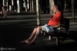 Hombre descansando en un banco