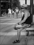 Hombre con sombrero esperando
