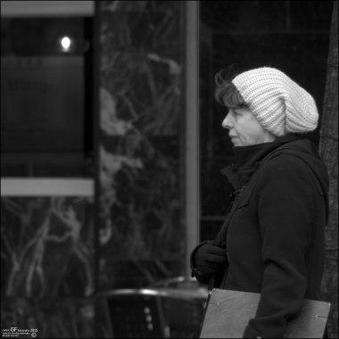 Mujer con gorro de lana y carpeta