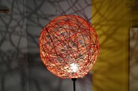 Lampe aus Bast-Fäden von http://blog.dawanda.com/2013/10/31/diy-lampe-aus-bast-faden/