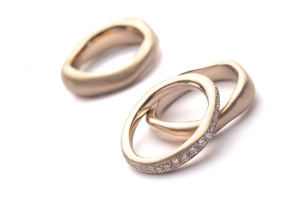 Ehering in Weißgold mit Diamanten-Beisteckring
