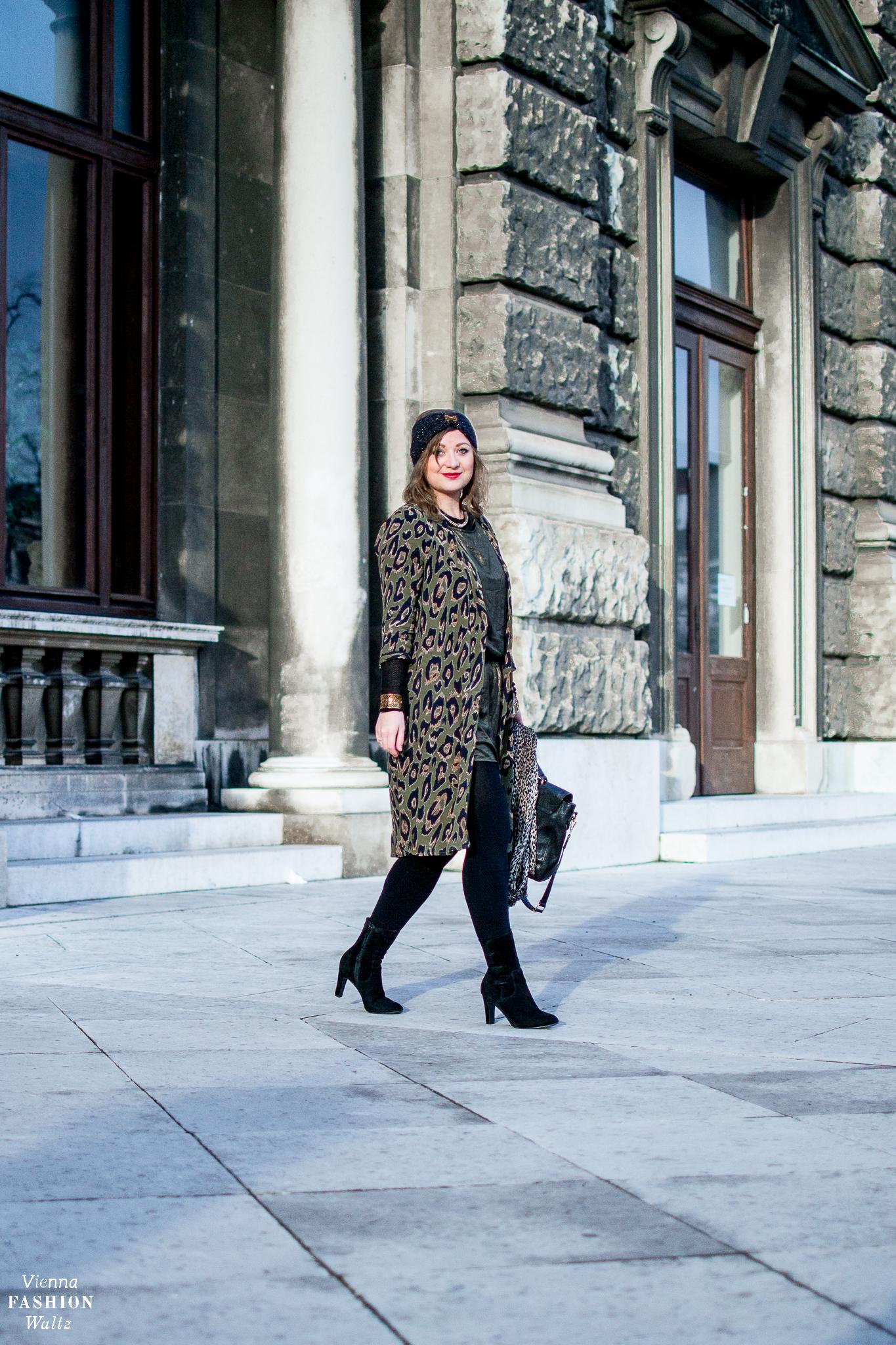 Black and Gold Outfit, style, fashion, Leo Print trend, streetstyle, Items: Balmain, Guerlain, Deichmann, vila, H&M, Calzedonia, fashionblog: www.viennafashionwaltz.com