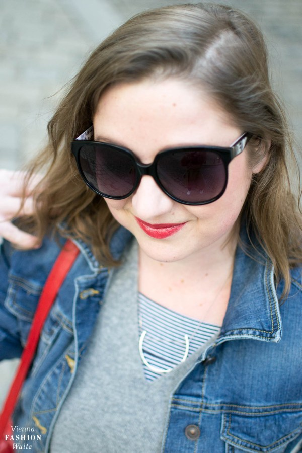 Red Lipps, Dark Denim Outfit mit Streifen Sneakers und Kaschmir Pulli | Dark Denim Jeans Streetstyle, Outfit, Denim All Over, Jeansjacke, Statement Sneakers mit Streifen von Deichmann, Vintage Bally Bag, Fashion Trends