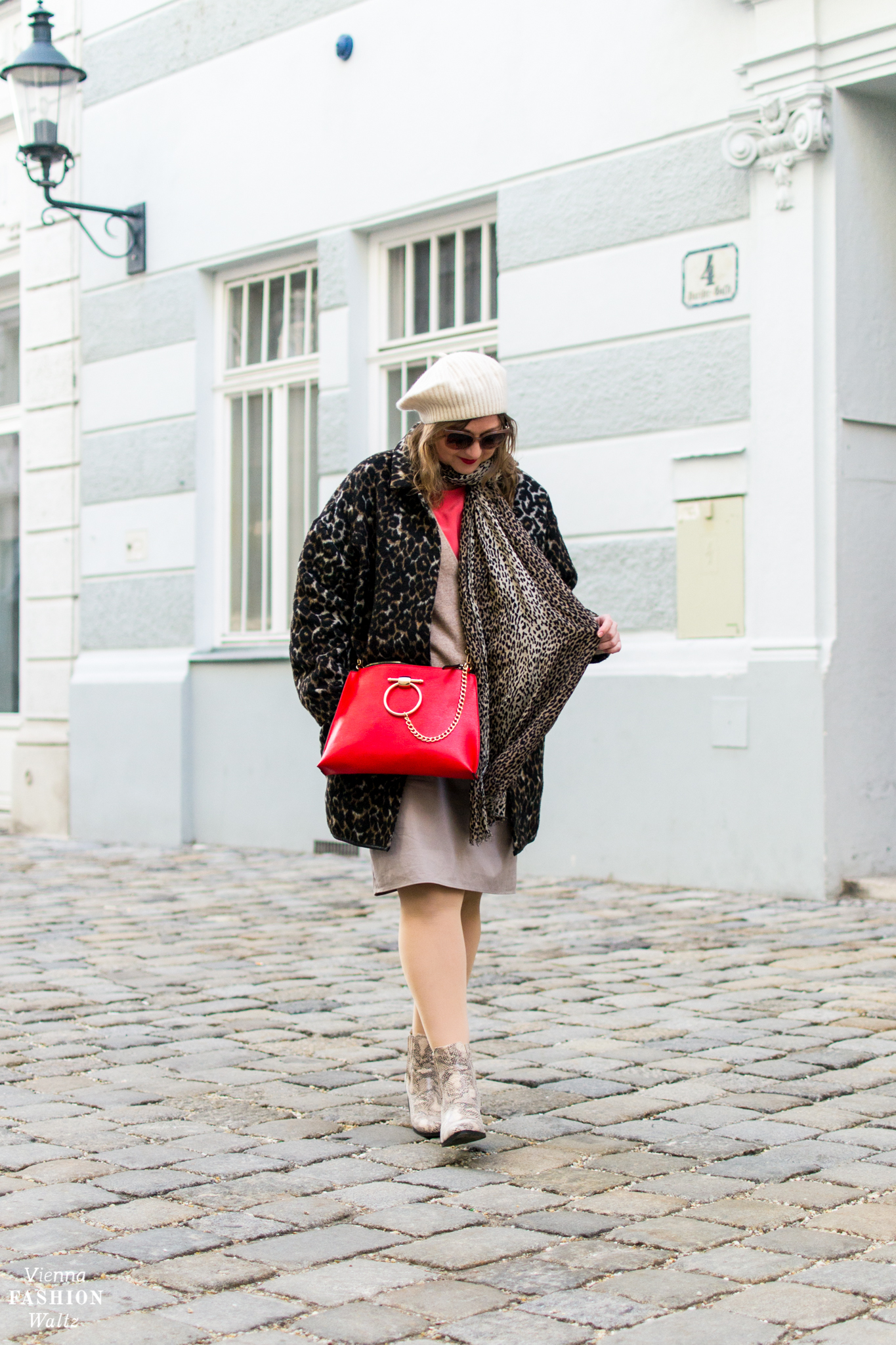 Midirock Outfit in Rot & Beige mit Animalprint und roter Tasche von Deichmann, H&M Kaschmir Mütze, Animal Boots, Midirock Outfit in Rot & Beige mit Animalprint, Fashiontrends, Blogger, Leoprint, Schlangenmuster, all beige outfit, Mode für Frauen, Fashion, Style, Trends www.viennafashionwaltz.com