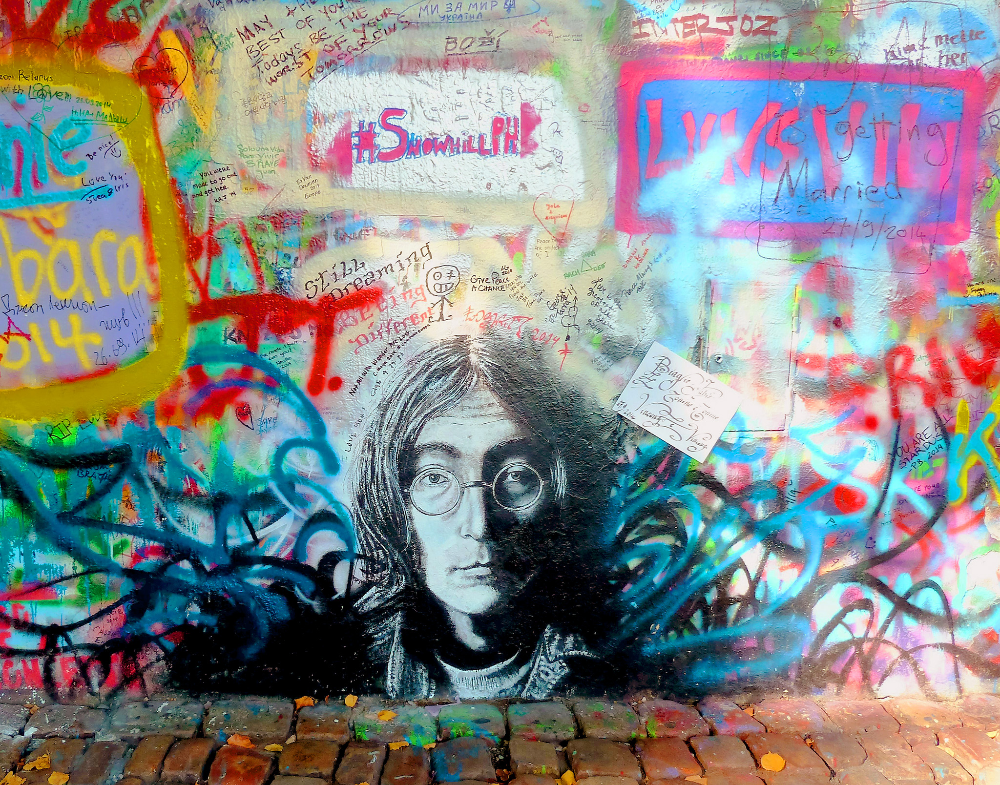 Portrait sur le Lennon wall à Prague