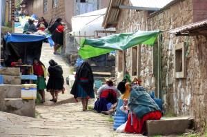 Paysannes dans village